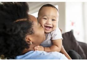 快乐的非裔美国母亲亲吻她的儿子_13461143