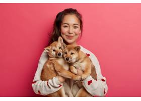 快乐的韩国女狗主带着她的家人和两只可爱_12930192