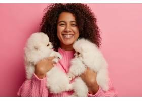 快乐的黑皮肤女孩和两只狗在家里休息抱着_12930726