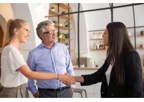 快乐自信的女经理与客户见面并握手_10608398