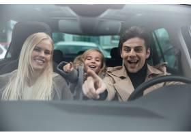 快乐的男人和他的妻子和女儿坐在车里_6873298