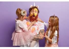 惊讶的爸爸和两个女孩在家里一起玩耍用水_11575909