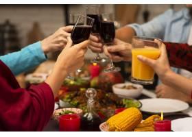 感恩节活动上的家庭祝酒杯_5682430