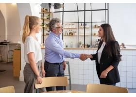 成功的女商务代表与客户见面握手_11081314