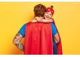 我可爱的超级爸爸亲切的小孩子用爱拥抱父_12349873