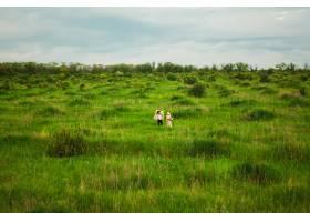 戴手帕的女人和走在草地上的男人_12727557