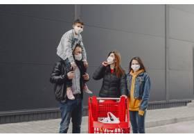 戴着防护口罩的家庭购买物品_8355181