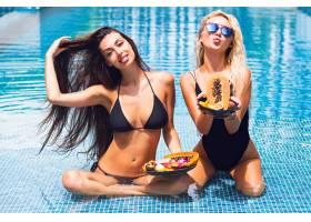 户外时尚写真给两个漂亮的朋友女孩在游泳池_10019646