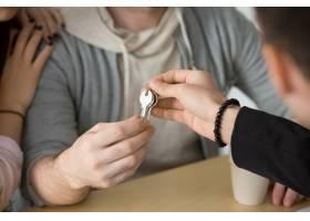 房地产经纪人给夫妇钥匙买新房概念关门_3938329