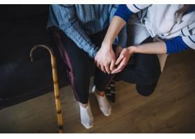 护士与妇女手牵手的养老院理念_2014485