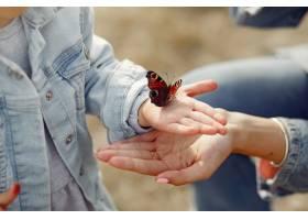 抱着一只蝴蝶的小女孩_6279497