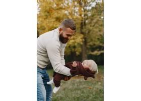有可爱女儿的一家人父亲穿着一件棕色毛衣_11778681