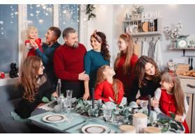 有四个女儿的大家庭呆在家里_6423780