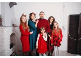 有四个女儿的大家庭呆在家里_6423781