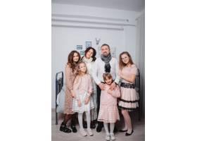 有四个女儿的大家庭呆在家里_6423785