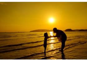 日落时分一对母子在户外带着复印空间_1285596