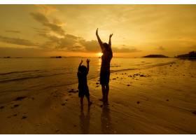 日落时分一对母子在户外带着复印空间_1287480
