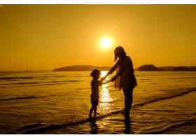 日落时分一对母子在户外带着复印空间_1287492