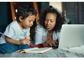 早期发展教育儿童和现代电子产品爱心_11554407