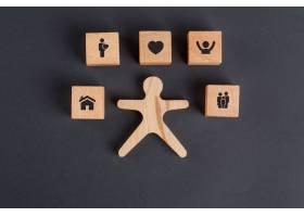 木质立方体上有图标的家庭概念深灰色的桌_9486035