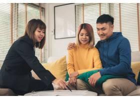幸福的亚洲年轻夫妇和房地产经纪人_3521652