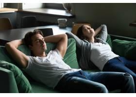 幸福的千禧一代夫妇在家一起坐在舒适的沙发_3954450