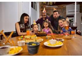 幸福的多民族家庭在家中庆祝生日的肖像_12702058