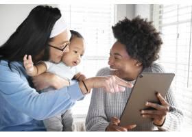 幸福的多民族家庭在新常态中共度时光_13307612