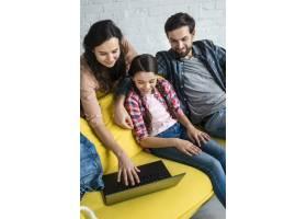 幸福的家庭使用笔记本电脑高景_7069569