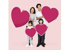 幸福的家庭抱着心形_3540943