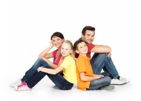 幸福的家庭画像两个孩子坐在白色地板的工_10872142