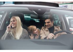 幸福的年轻人家人在车里_6873795