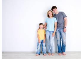幸福的年轻家庭带着小儿子穿着休闲服站_11182148