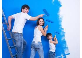 幸福的年轻家庭有个小儿子在画墙_10879425