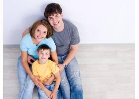幸福的年轻家庭的高角肖像小男孩穿着休闲_10880365