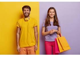 幸福的情侣享受周末购物拿购物袋穿着_12836324