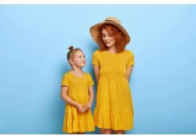 幸福的爱心家庭理念红发妈妈戴着时髦的帽_12349698