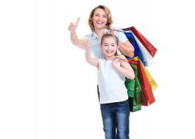 幸福的白人母亲和年幼的女儿提着购物袋的肖_11576950
