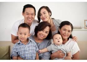 快乐的亚洲家庭合影留念_5577344