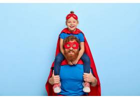 快乐的女孩儿坐在父亲的肩膀上感觉英勇坚_12351230