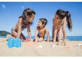 微笑的孩子们在海滩上玩耍_1185849