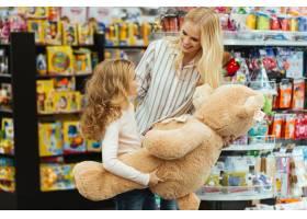 微笑的母女站在超市_6729782
