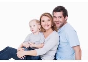 快乐快乐的年轻父母带着小孩子的照片与世_11554631