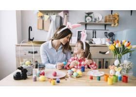 快乐的小女孩和妈妈一起画复活节彩蛋_3831179