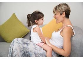 快乐的母亲享受与女儿的交流_1121950