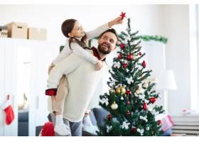 快乐的父女装饰圣诞树_11262575