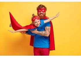 快乐的爸爸和女儿玩超级英雄游戏_12350673