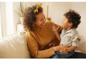 室内拍摄的是快乐的年轻西班牙裔妇女留着_11201453