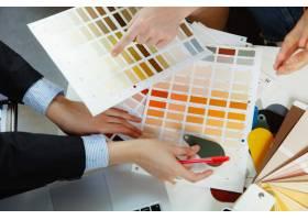 室内设计师和年轻夫妇一起工作可爱的家庭_12264827