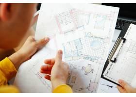 室内设计师和年轻夫妇一起工作可爱的家庭_12264828